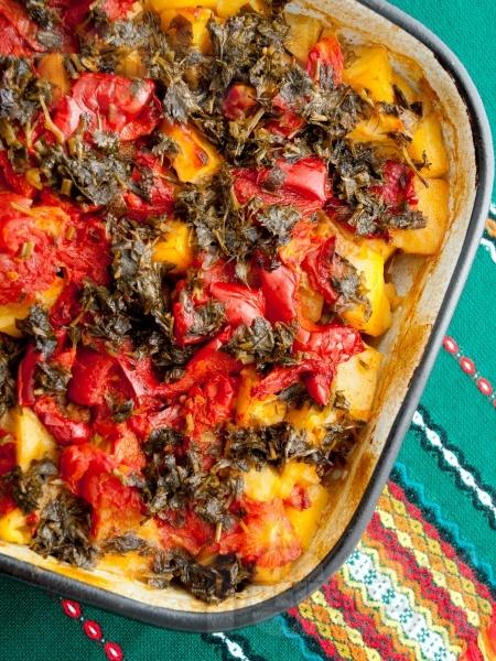Лесен гювеч постен гювеч с картофи, чушки, домати и магданоз в тава на фурна - снимка на рецептата